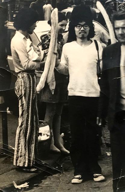 1971年パリの街角で