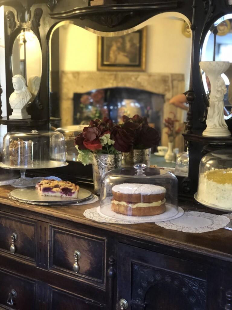 キャビネットにはヴィクトリアサンドイッチケーキが