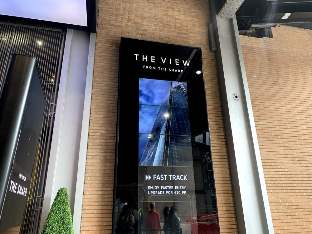 「THE VIEW FROM THE SHARD」という看板