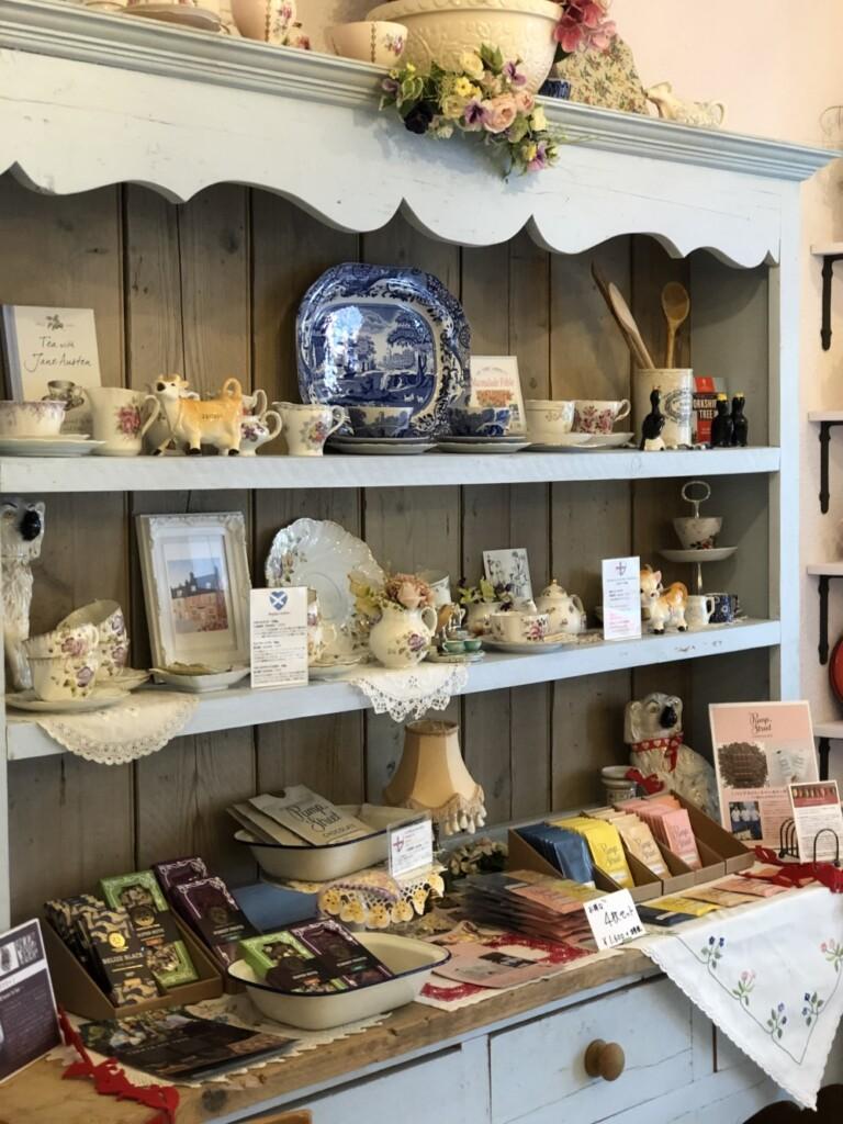 カップ&ソーサーやイギリスで購入された置物、チョコレートで飾られるキャビネット