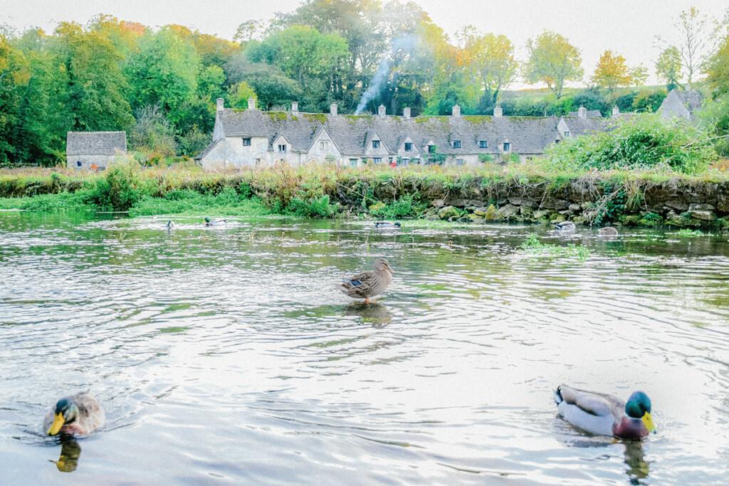 バイブリーの村の中心を流れるコルン川