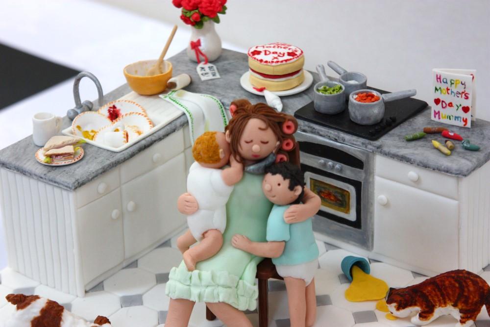 母の日がテーマのシュガーペースト作品(子供たちやパパが朝食やケーキを作るために大奮闘したキッチンの様子)