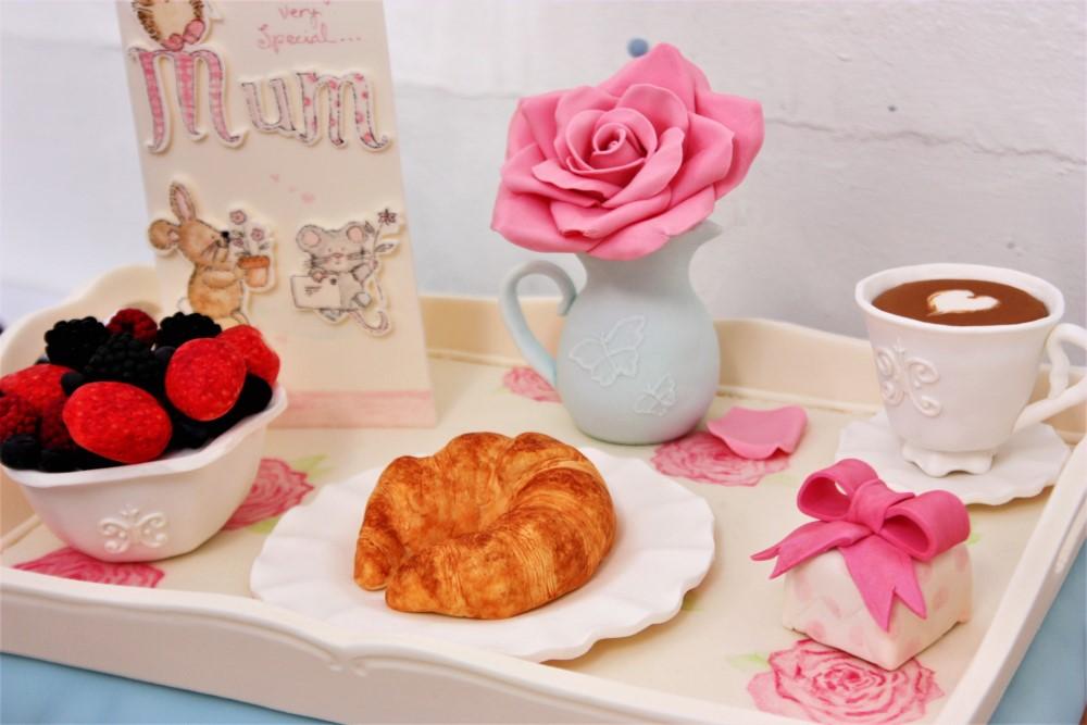 母の日がテーマのシュガーベースト作品(ベッドで待つお母さんに運ぶ朝食セット)