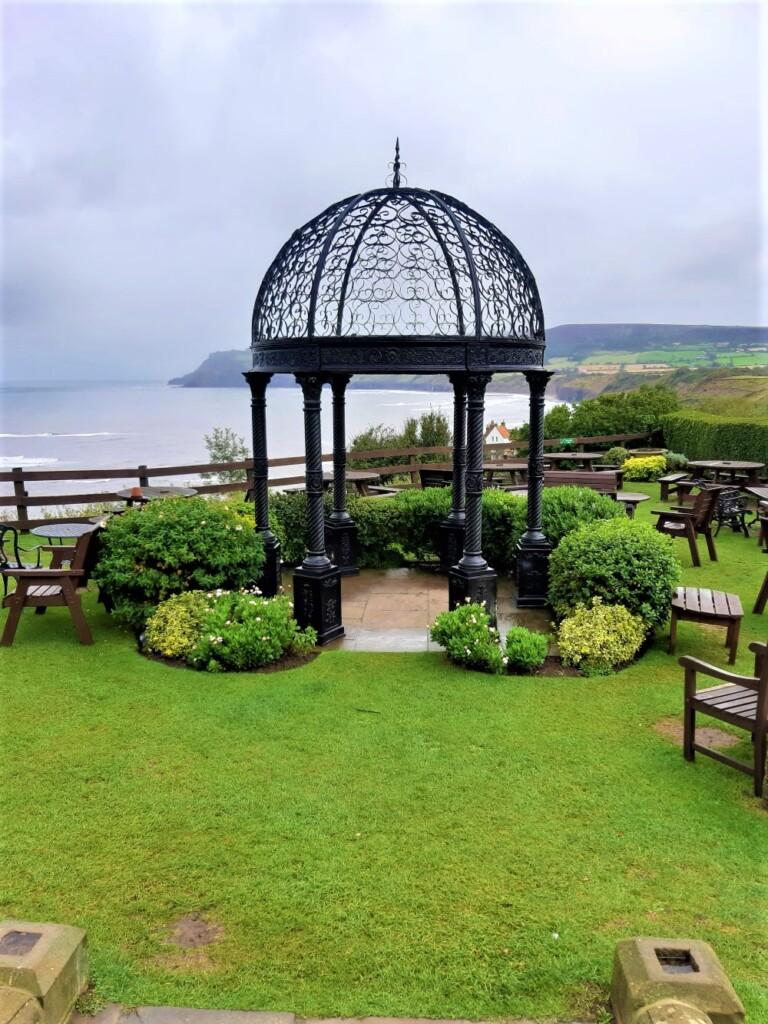 ホテル「ヴィクトリア」の鳥小屋の形をしたフォリー