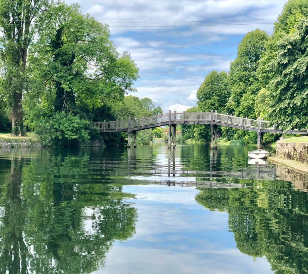 クルーズの途中、テムズ川に架かる橋