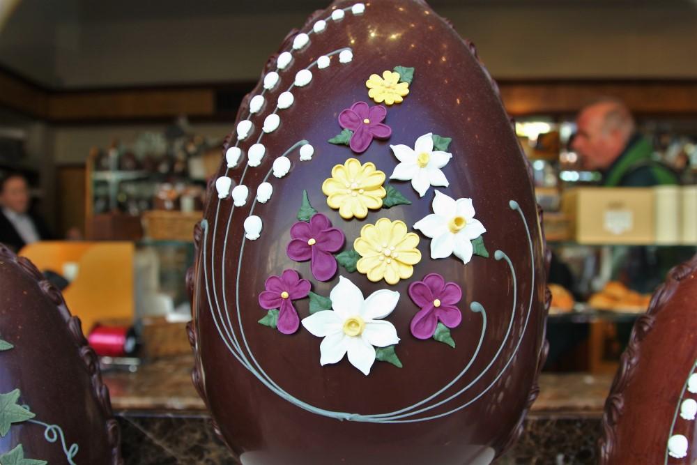 イースターの大きなチョコレートエッグ