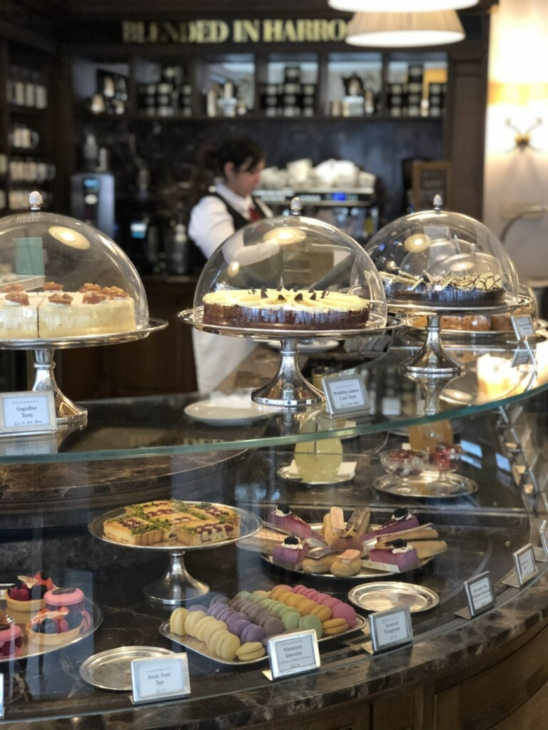 Bettys Cafe Tea Rooms店内には、スタイリッシュなお菓子が並ぶショーケース