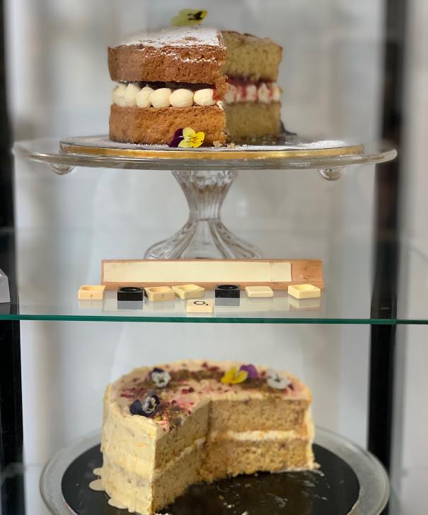 ガラスケースに並んだケーキ