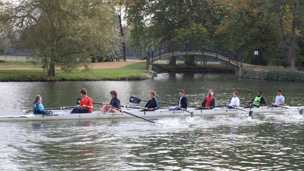 テムズ川でボートの練習をする大学生たち