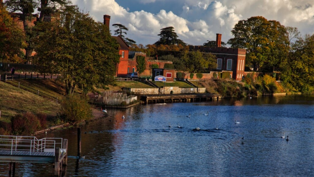 ハンプトン・コート宮殿側を流れるテムズ川