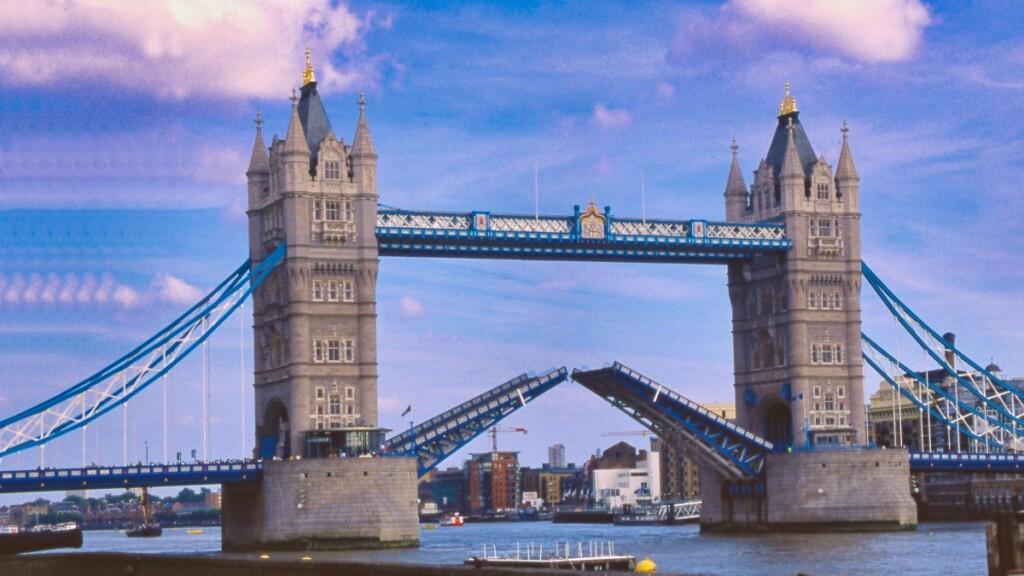 跳ね橋が上がる瞬間のタワー・ブリッジ