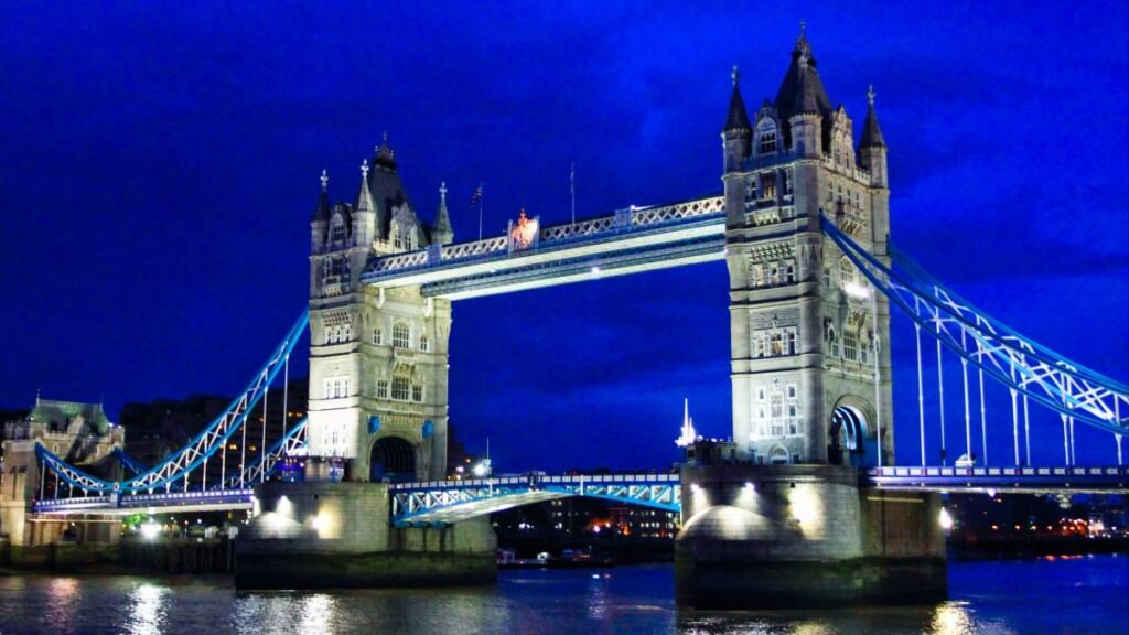ライトアップされたタワー・ブリッジの夜景
