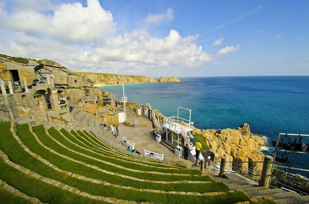 断崖にある野外劇場の舞台と海原