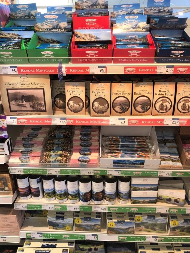 スーパーに並ぶ地元のお菓子