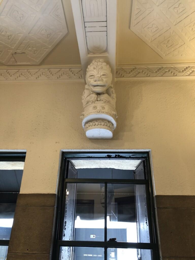 店内のライオンの彫刻