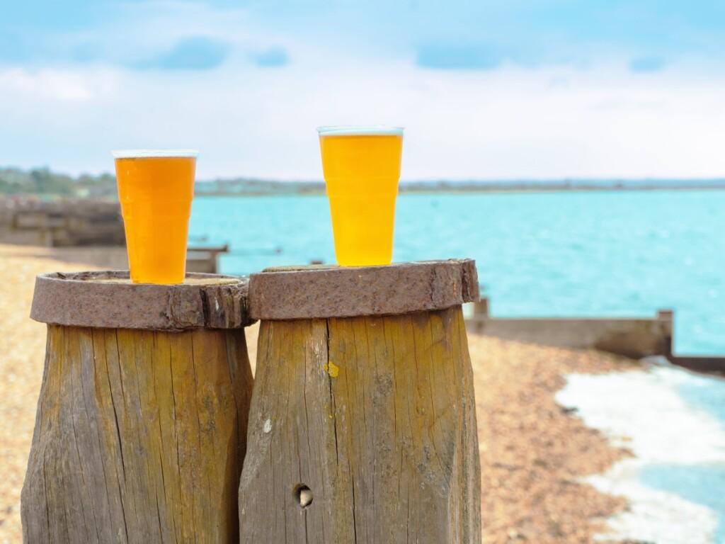 海辺で飲むスタウトビール