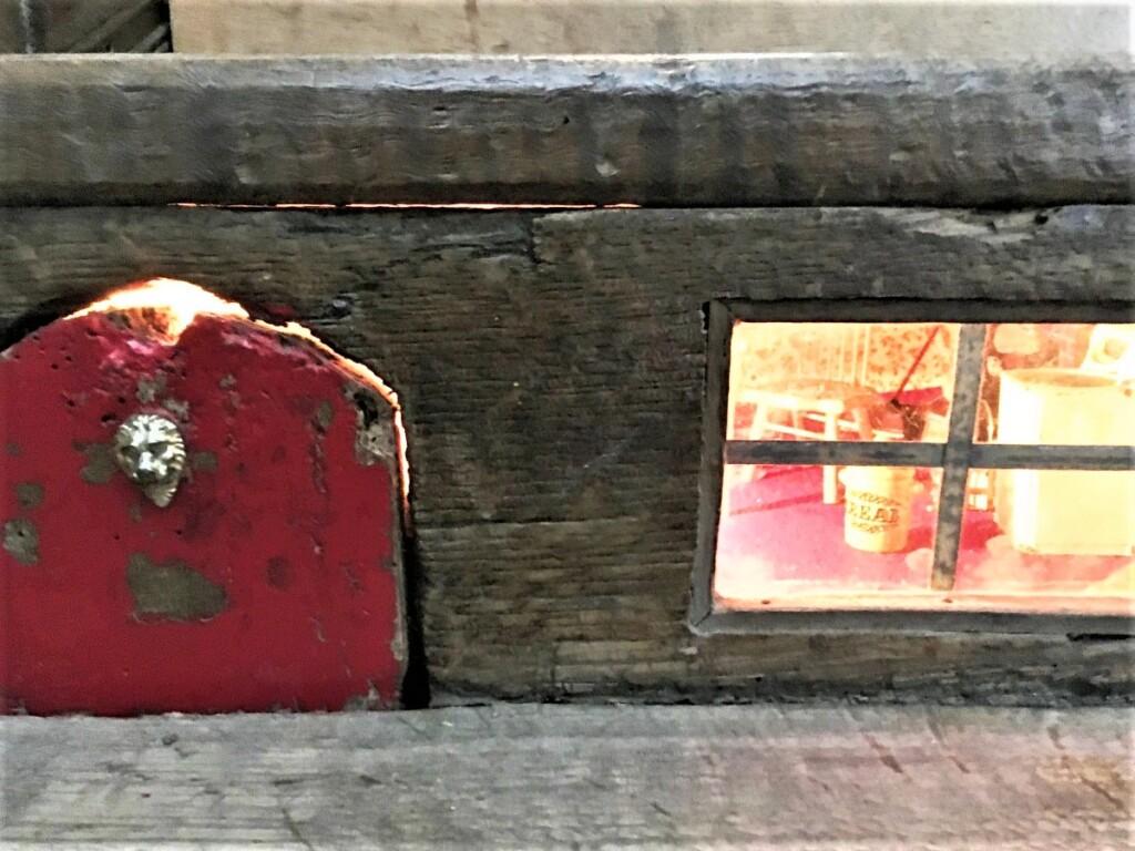 階段の踏み板の間に作られたミセス マウスの家