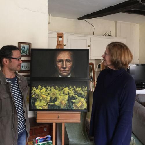 ワーズワース家のスーザンさんと作品『Daffodils (Diptych)』を前にしたソブエ氏