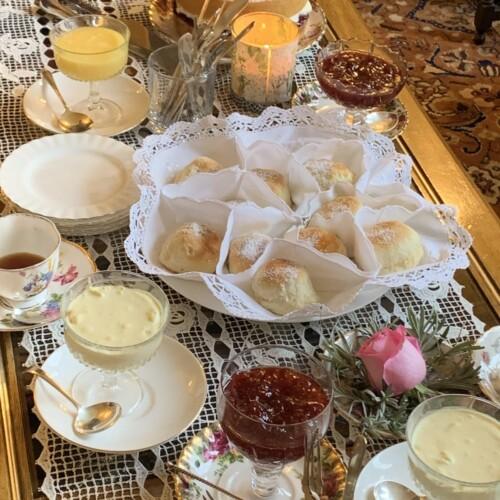 スコーンの並んだテーブル