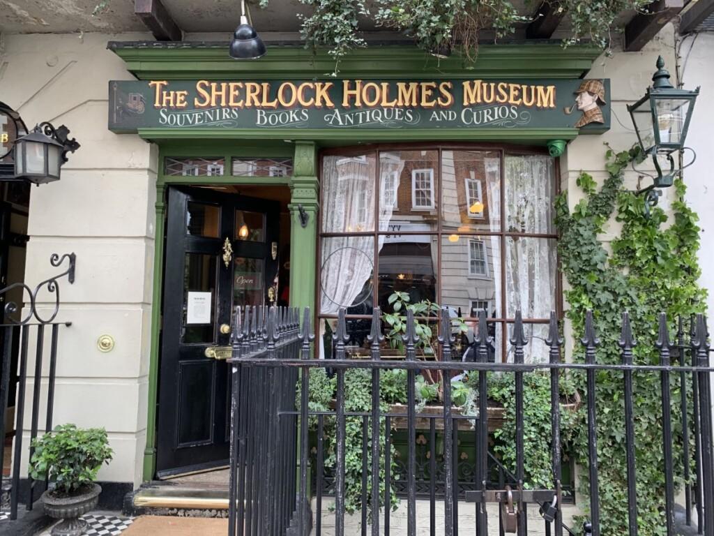 「221B」とかかれたドアが、博物館への入口