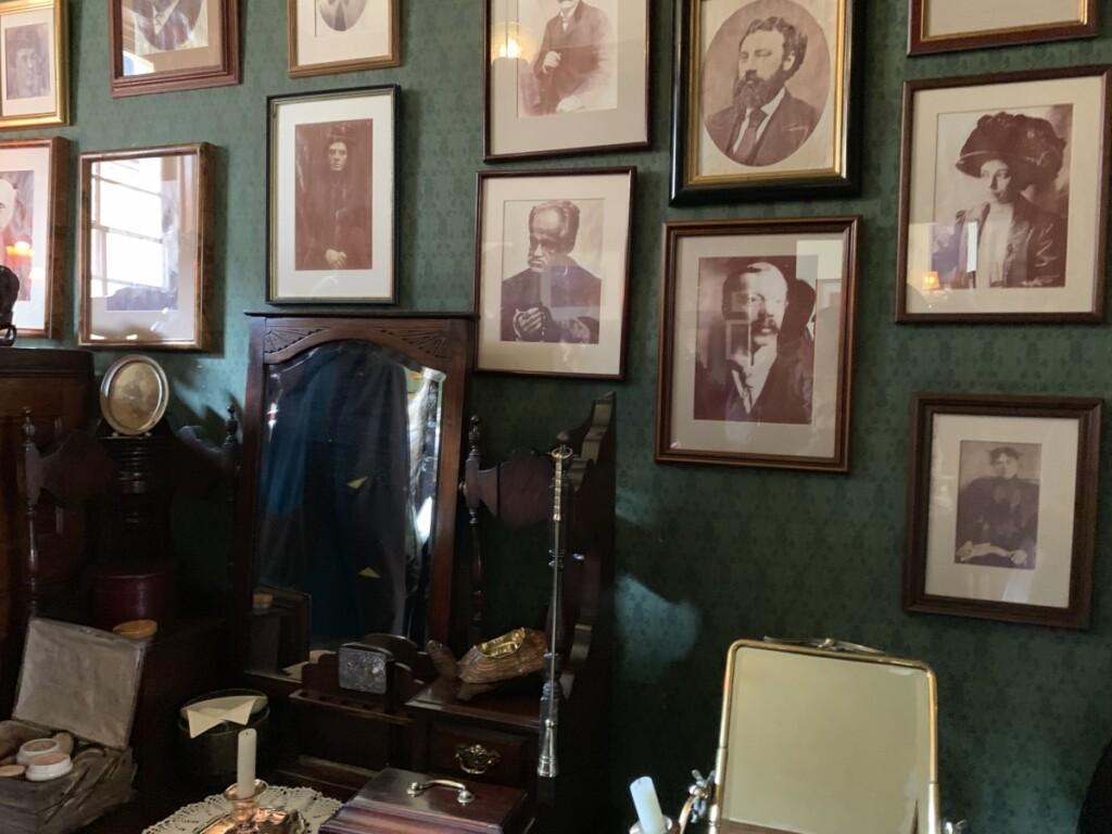 シャーロック・ホームズの寝室に飾られてシリアルキラーの写真