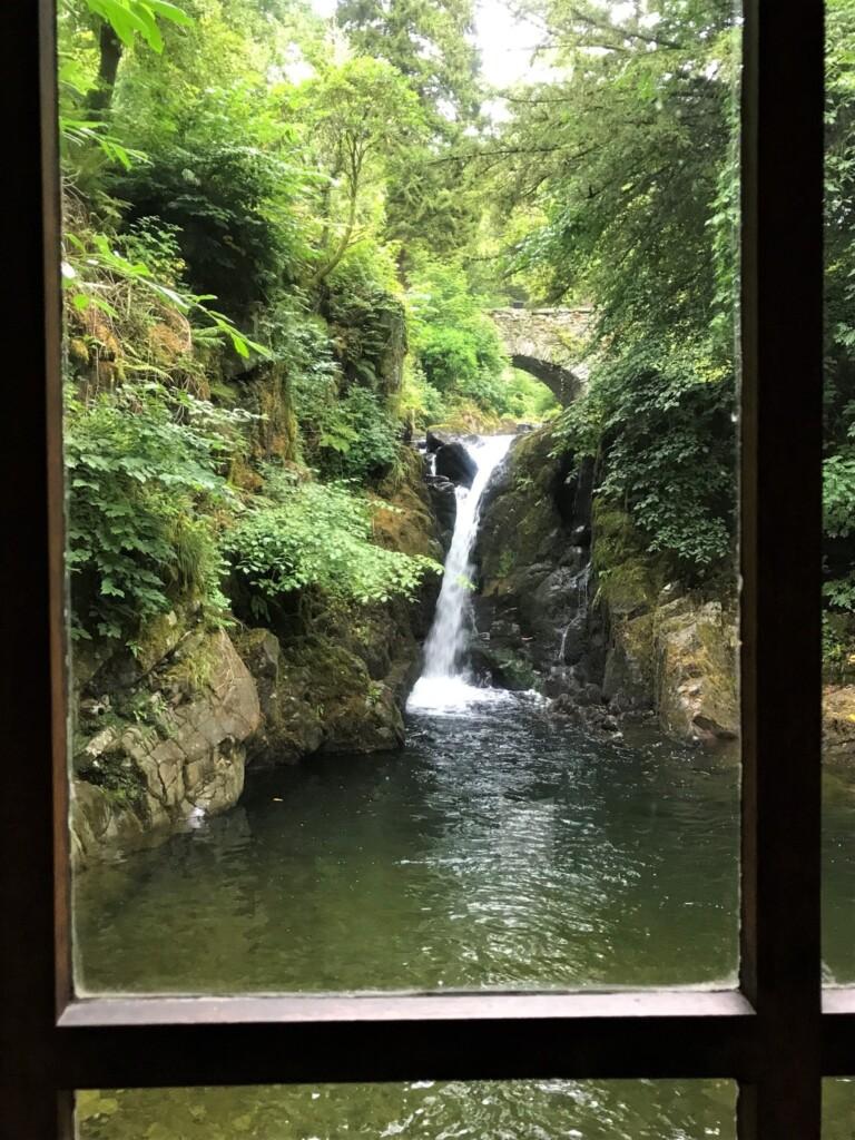 グロットから眺める滝