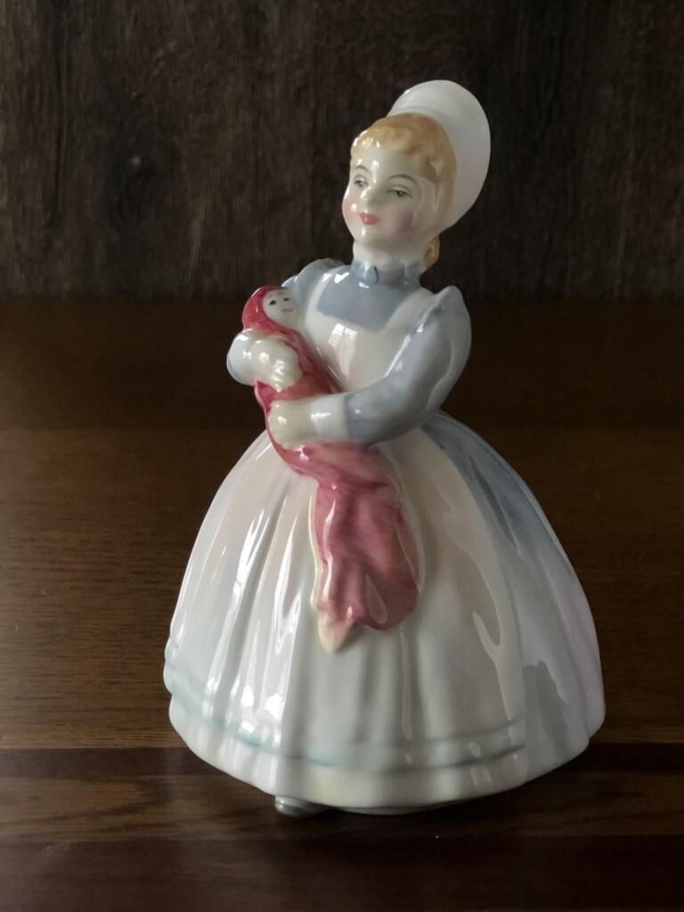 ロイヤルドルトン フィギュリン The Rag Doll HN 2142