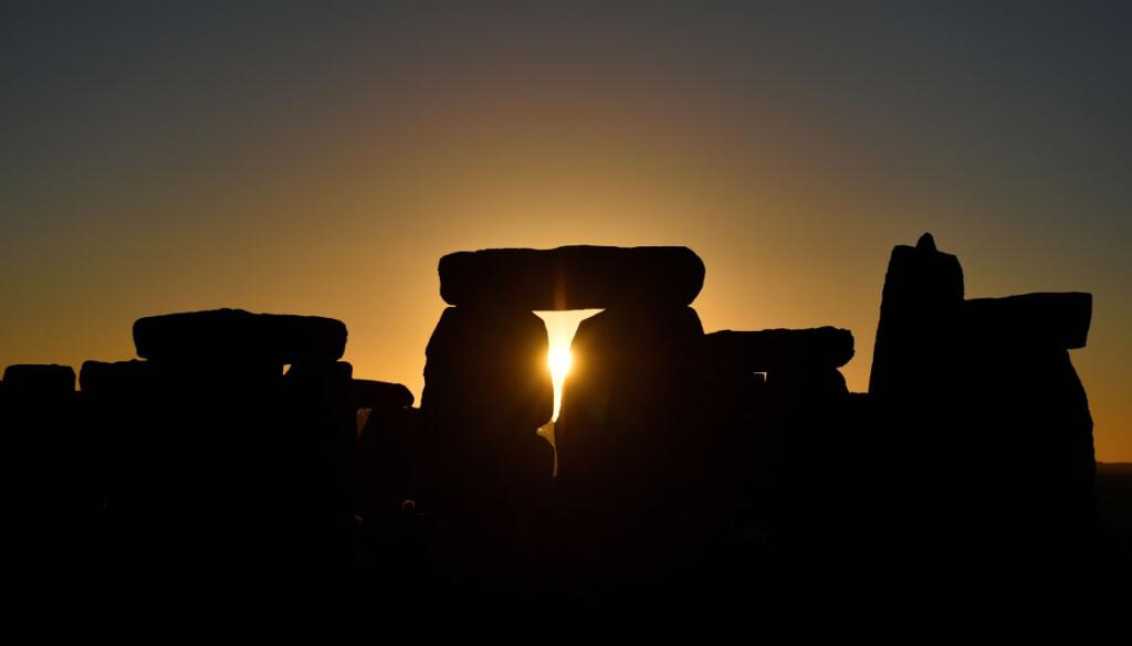 ストーンヘンジ越しに登る太陽