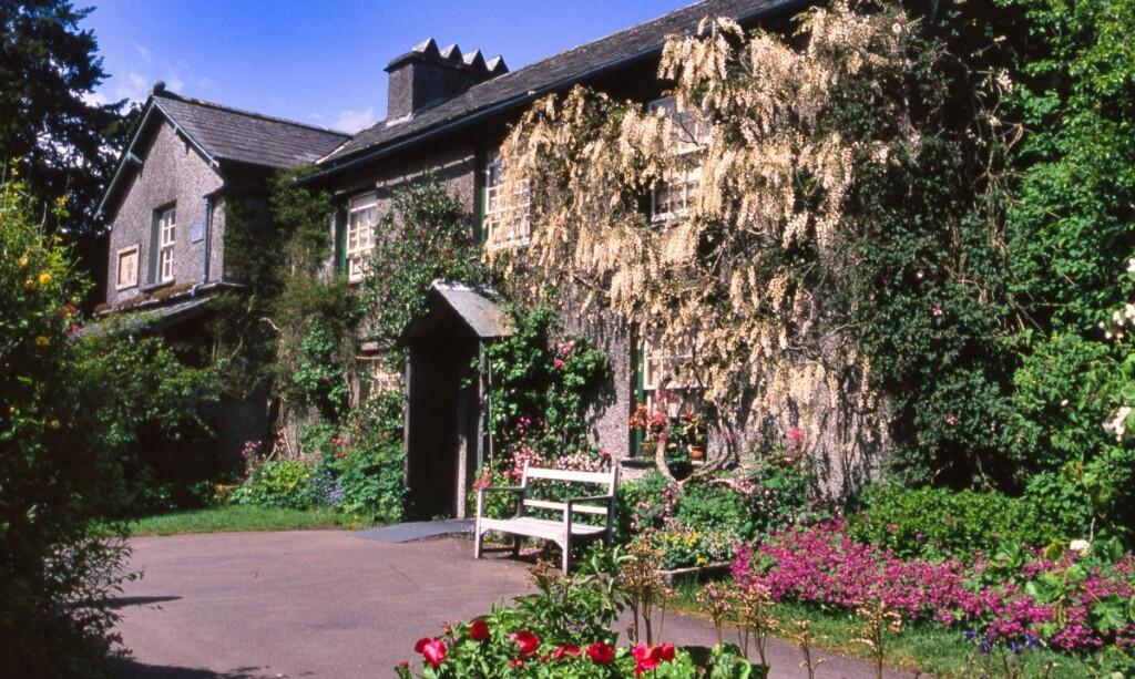 ヒルトップ農場の建物と壁に咲く白藤