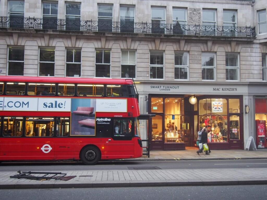 ロンドンのバスのある、現在の街並み