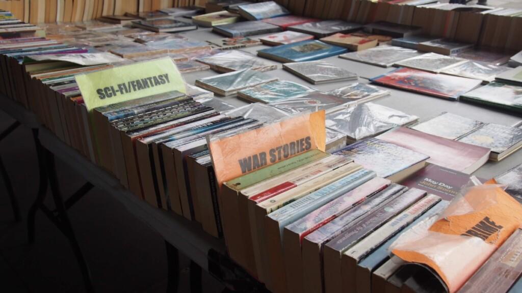 マーケットで並べられている本