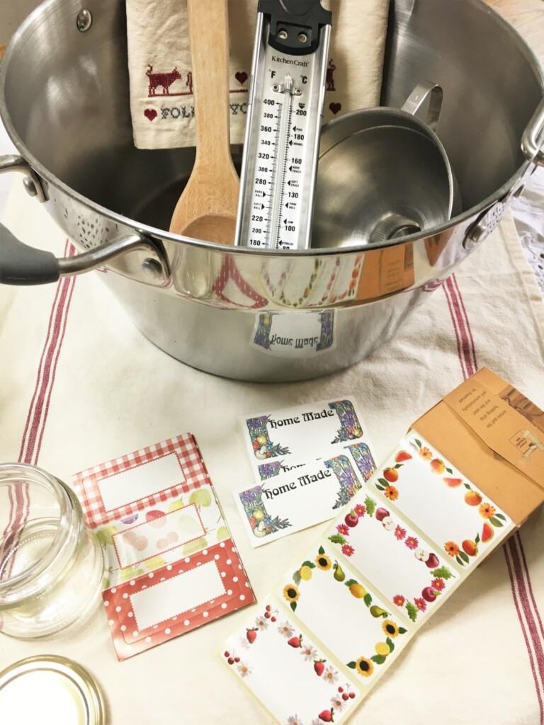 マーマレード作りのキッチン道具と瓶に貼るラベル