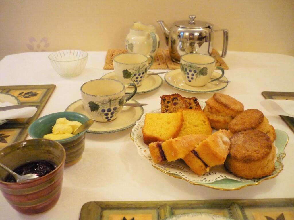 ビディさんの手作りのスコーンやお菓子と紅茶