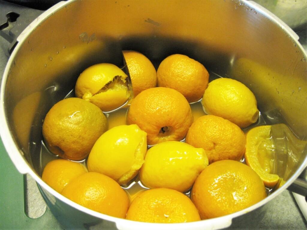 鍋で煮るオレンジ
