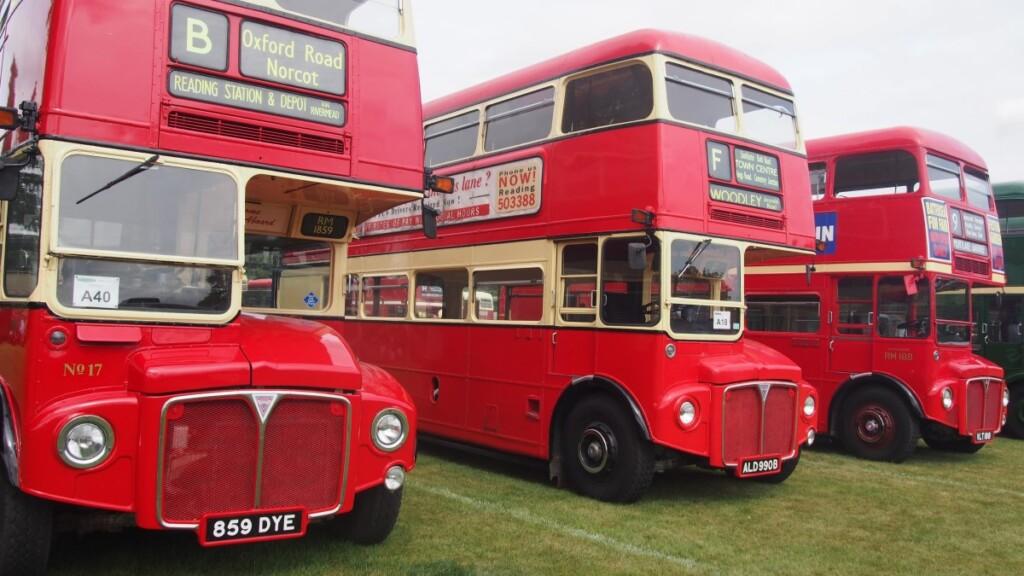 バスラリーに展示されるビンテージの2階建てバス