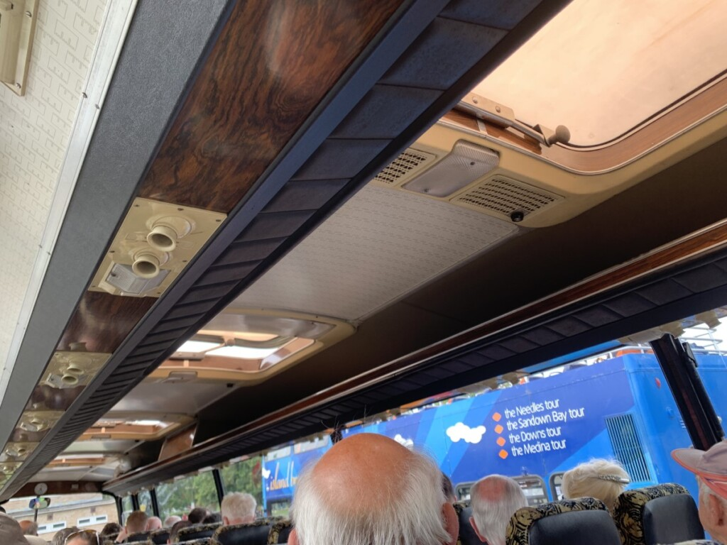 木目がきれいなバス車内