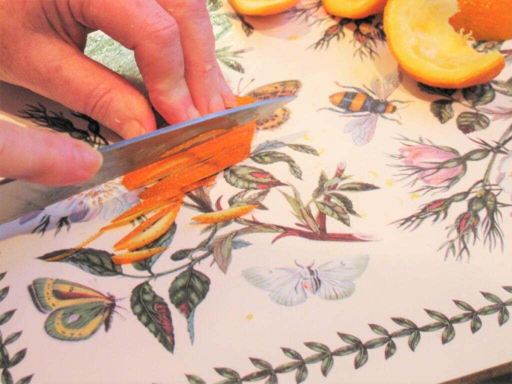絞り終わったセヴィルオレンジの果皮をスライス