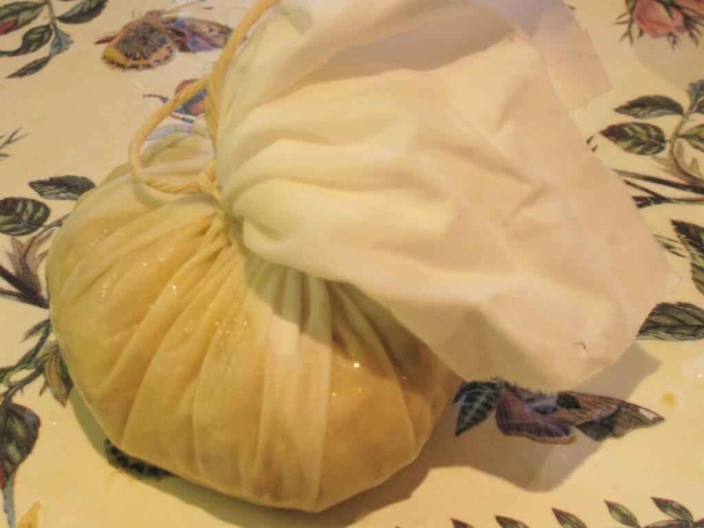 モスリンの袋で包みタコ糸で縛る