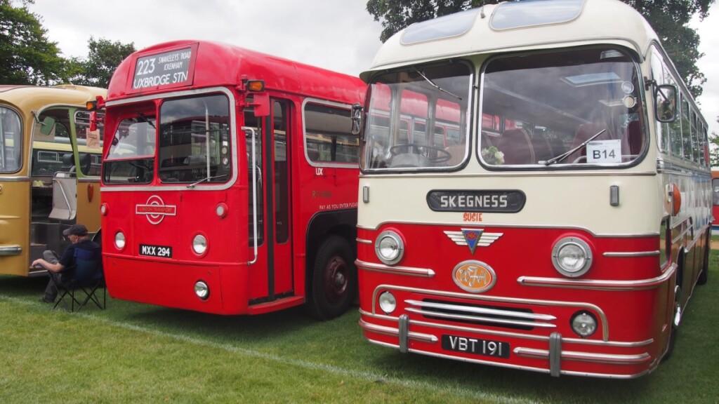レトロな通常タイプのバス