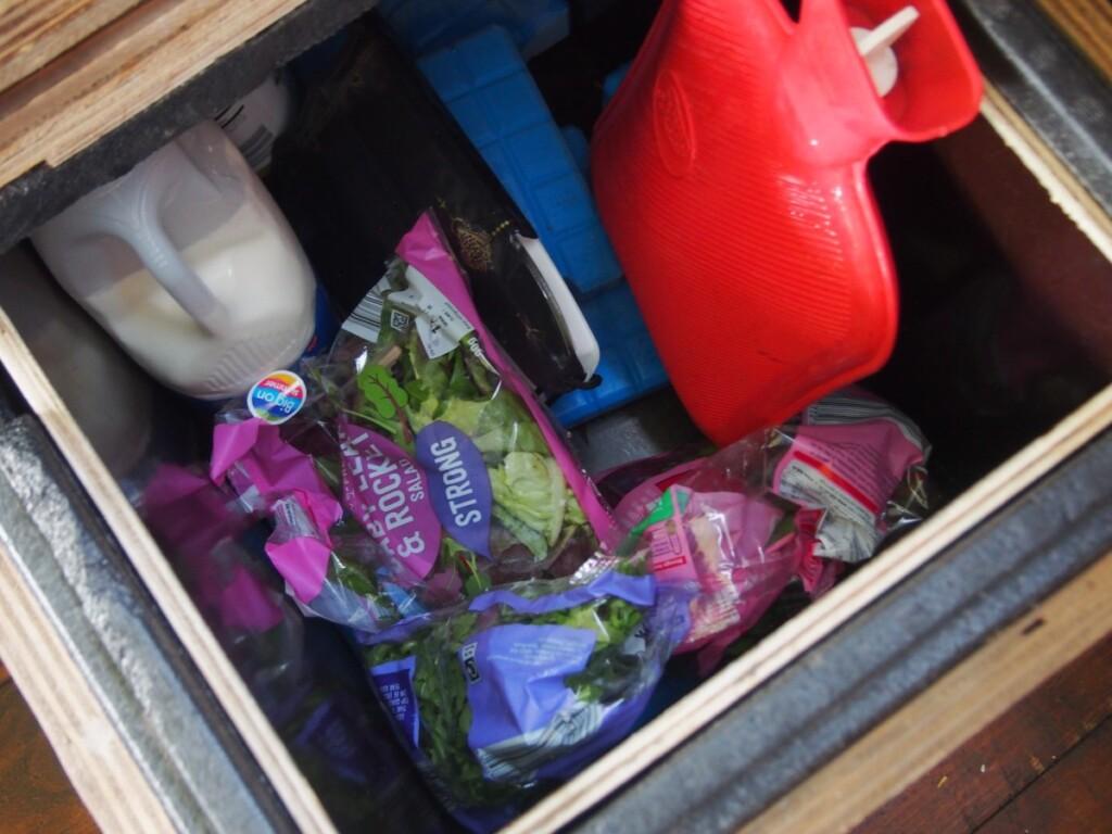 グランピングのテントにある木箱の冷蔵庫
