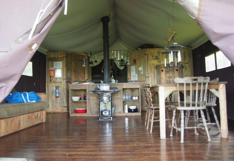 テント内のリビングダイニングルーム