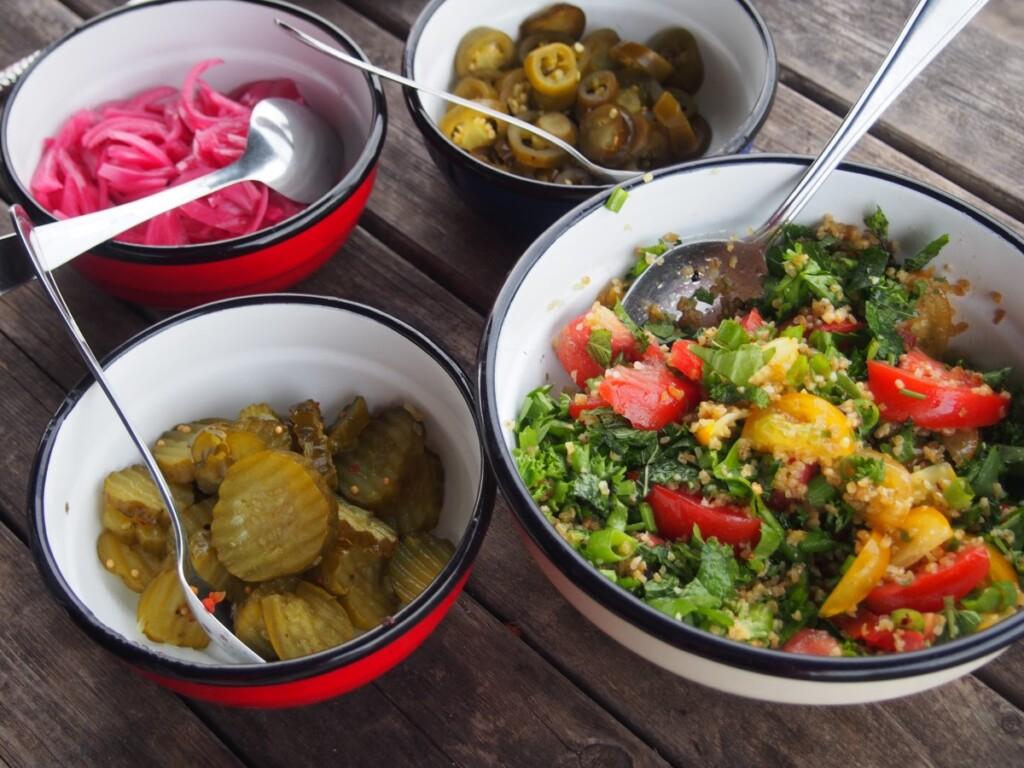 キャンプ料理のサラダ