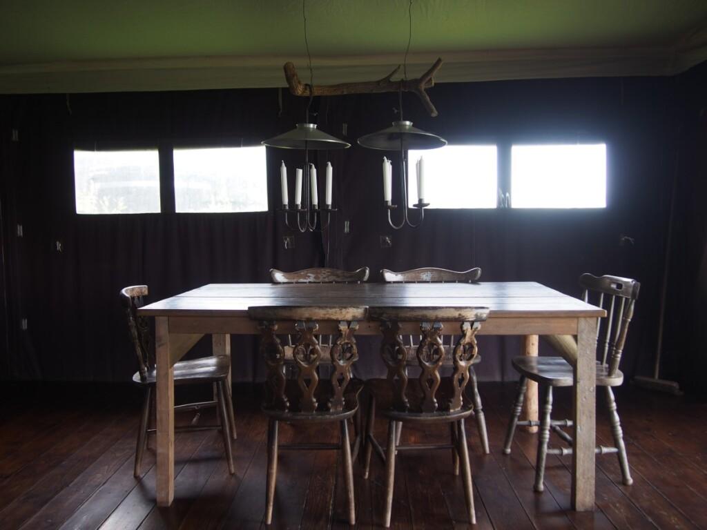 リビングダイニングルームのテーブル
