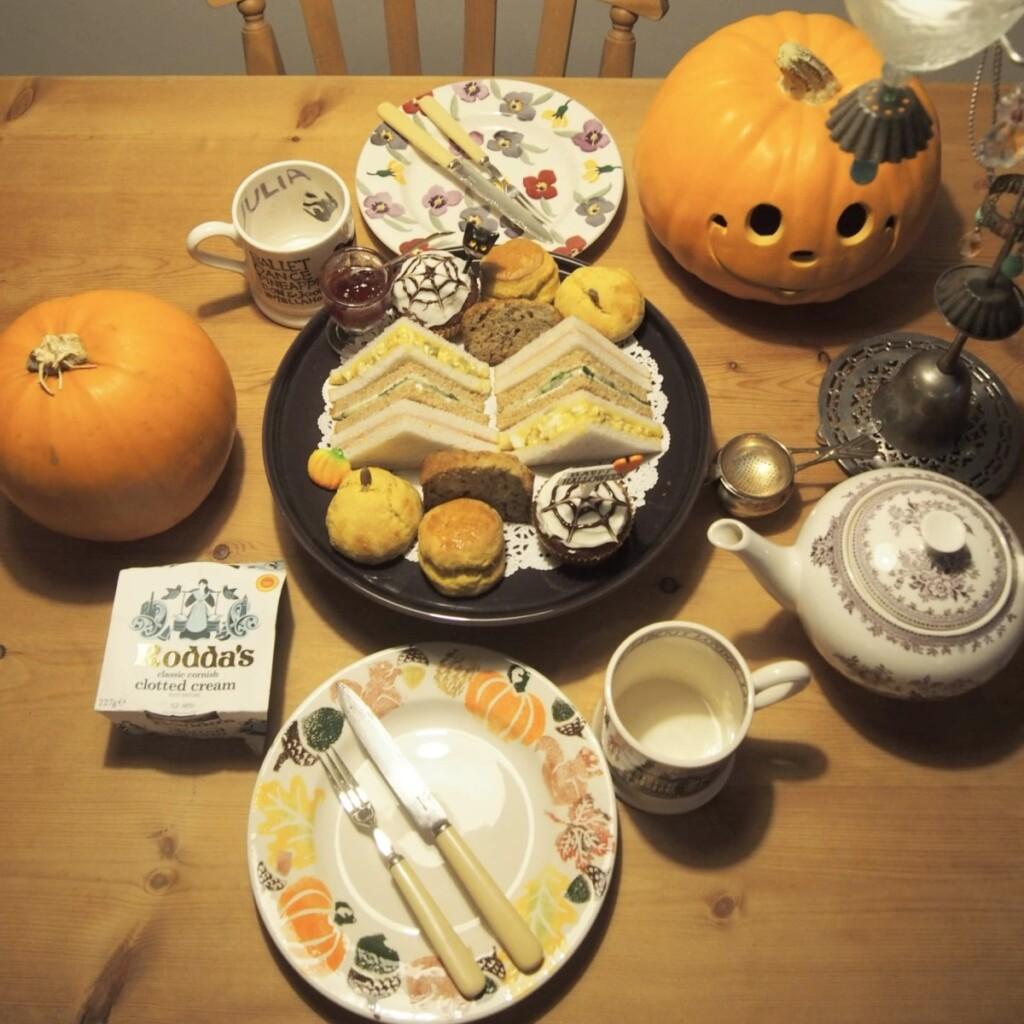 ハロウィンのころ 絵付けした食器でティータイム