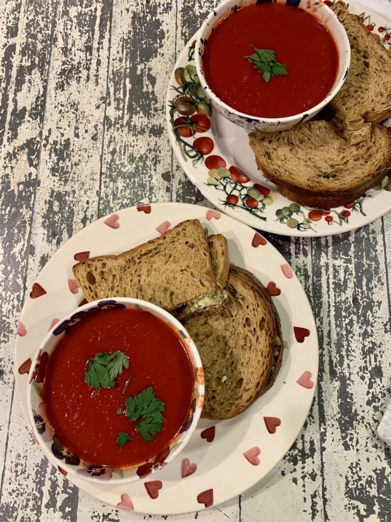 ビーツとトマトのスープとチキンサンドイッチ