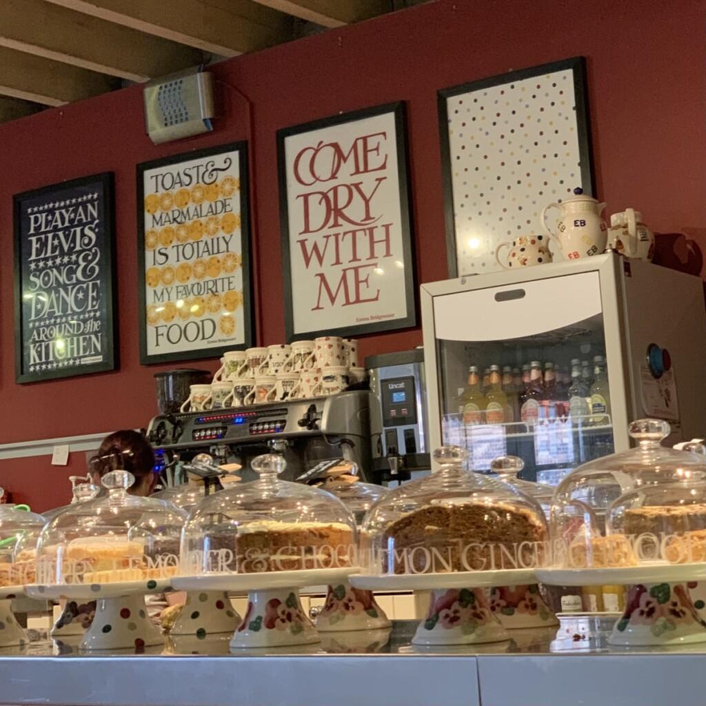エマブリッジウォーターのカウンターに並んだケーキスタンド