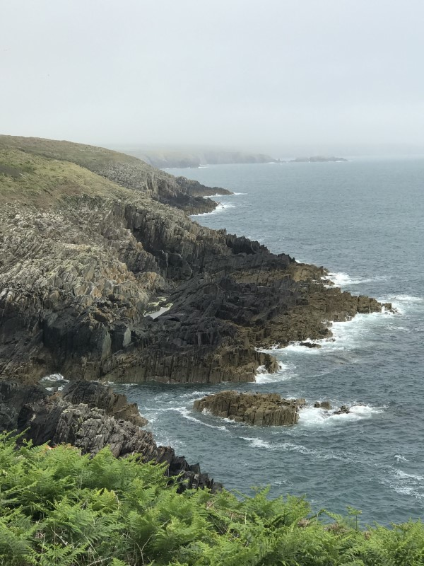 南ウェールズ地方の荒々しい海岸線