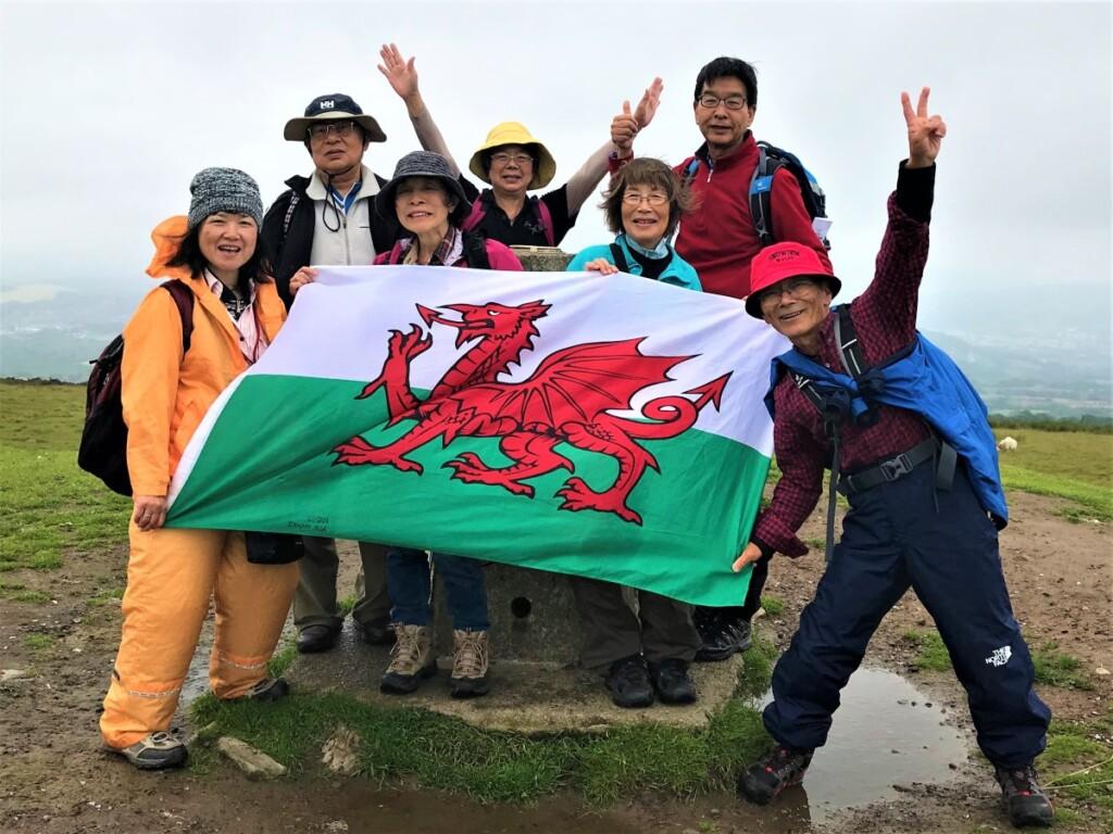 ウェールズの国旗を掲げる