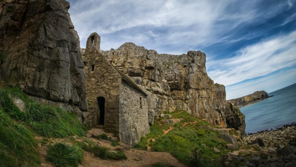 断崖側面に建てられたセント・ゴバンズ礼拝堂