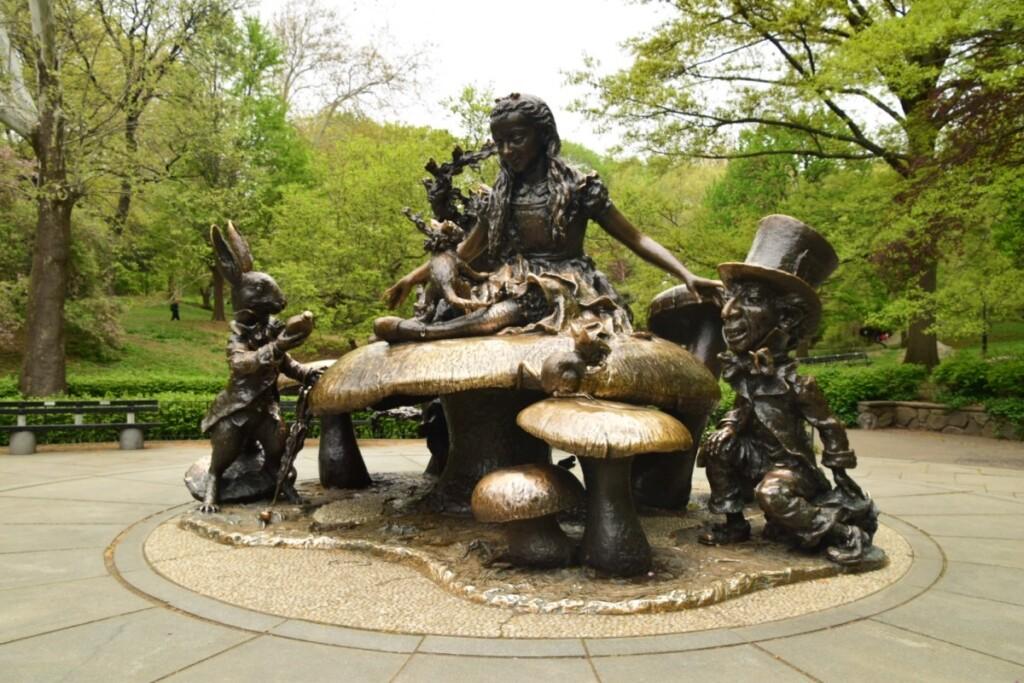 ニューヨークのセントラルパーク内にある不思議の国のアリス像